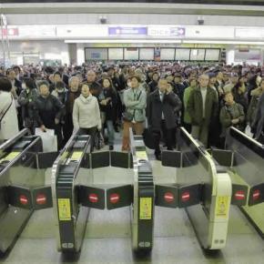 LOST IN SHINJUKU. Dans le métro de Tokyo, le Caucasien faitgrumeau